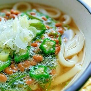 ネバネバ☆めかぶ、オクラ、納豆の温かい関西風うどん