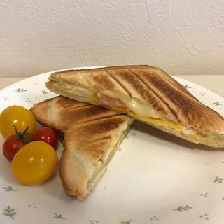 生卵のまま挟む!ハムチーズエッグホットサンド