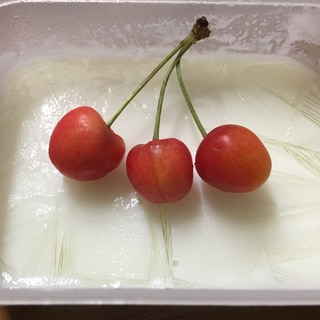 冷凍ミルクシャーベットのさくらんぼ添え!