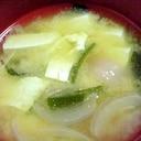 豆腐とワカメと新玉ねぎで定番のお味噌汁