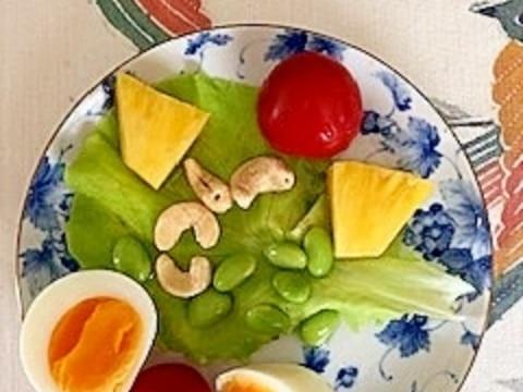 ゆで卵、パイン、ミニトマト、カシューナッツのサラダ