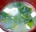 チンゲン菜とワカメと豆腐の味噌汁