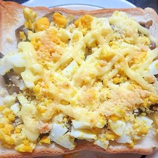 茄子の味噌炒めで卵トースト