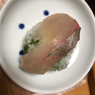 青海苔酢飯でハマチの手毬寿司