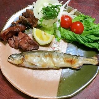 鮎と鶏レバーと椎茸のグリル焼きの盛合わせ。