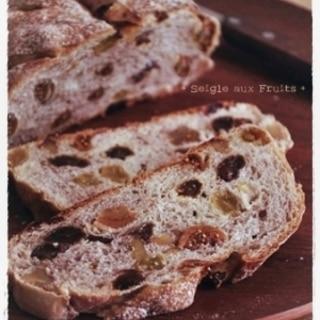 ドライフルーツぎっしり♪ライ麦パン