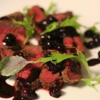 牛肉のステーキ、ブルーベリーソース
