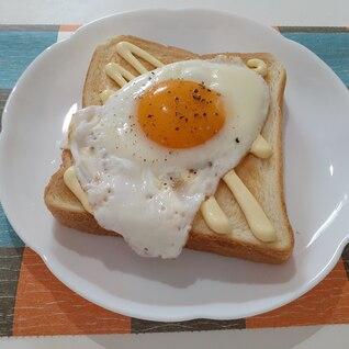 シンプルおいしい!トロトロ目玉焼き食パン