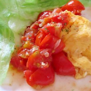 オムレツ、熟したトマトのソースで