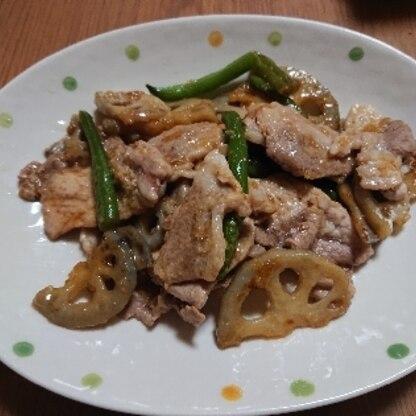 豚のしょうが焼きは、玉ねぎとすることが多いのですが、れんこんは歯ごたえがあって美味しかったです。小松菜がなかったので、いんげんを使いました。