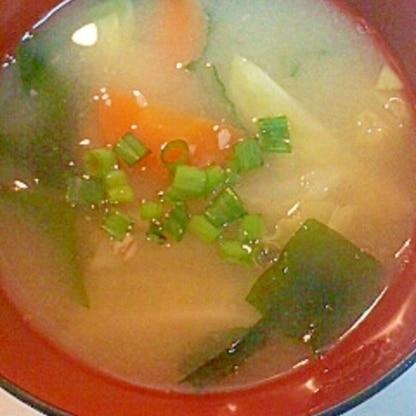 にんじん・キャベツ・わかめの味噌汁
