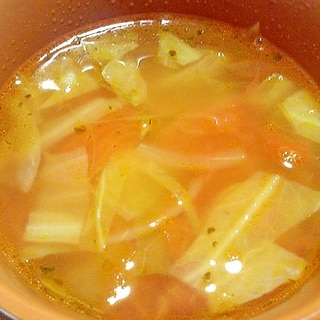 トマトとキャベツをオイルで炒めたコンソメスープ