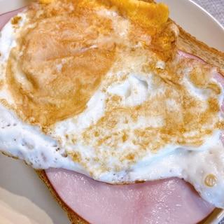 朝食に!両面目玉焼きとハムのせトースト♡