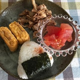 梅おむすびと豚肉の炒め物、卵焼きの朝ごはん