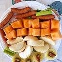 ウインナー、メロン、桃、キウイのサラダ