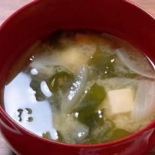 豆腐、わかめ、玉ねぎのお味噌汁
