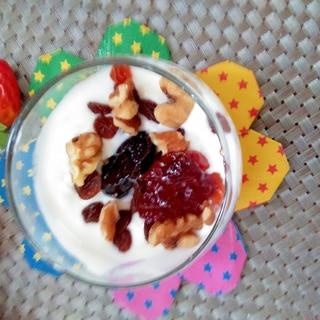 美容♪胡桃とプルーンの苺ジャムヨーグルト