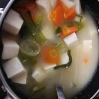味噌汁(豆腐、小松菜、長ネギ、人参)