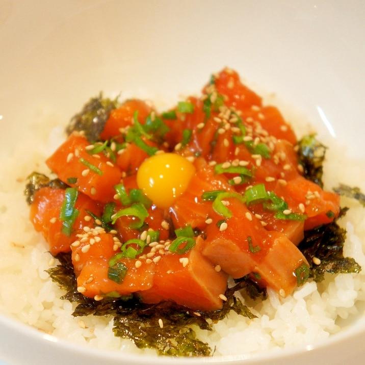 ごま油の風味が美味しい♪簡単☆サーモンユッケ丼