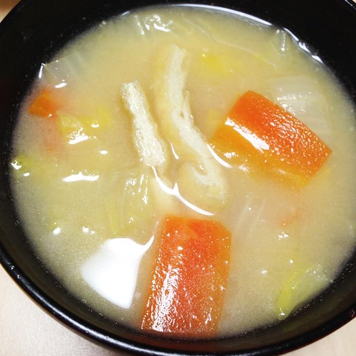 白菜とニンジンと油揚げの味噌汁