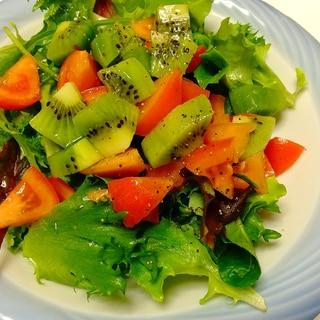 グリーンサラダ*トマトとキウイのせ!