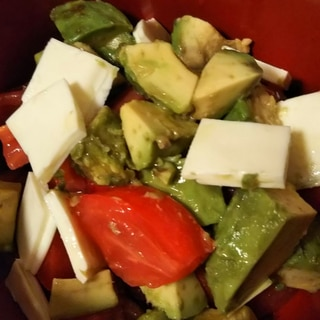 トマトとアボカドとチーズのコロコロサラダ
