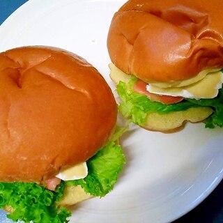 スモークサーモンとカマンベールのサンドイッチ