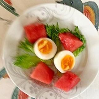 リーフレタス、西瓜、ゆで卵のサラダ