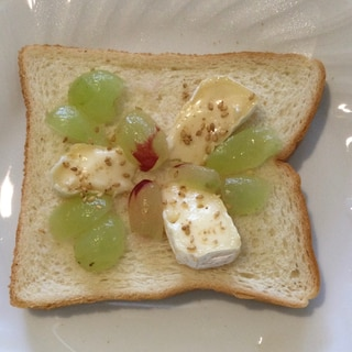 チーズとぶどうのオープンサンド♪
