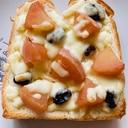 リンゴのコンポートとレーズンチーズトースト
