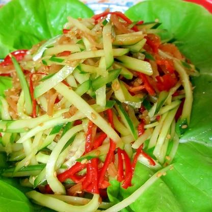 きくらげ、キュウリ、赤ピーマンの中華サラダ