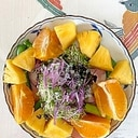 レタス 、パイン、オレンジのサラダ
