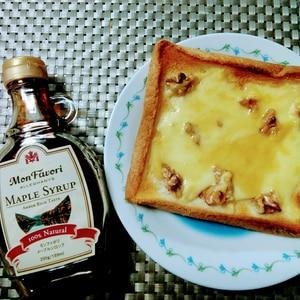 甘い香りが癒されるメープルと胡桃のトースト
