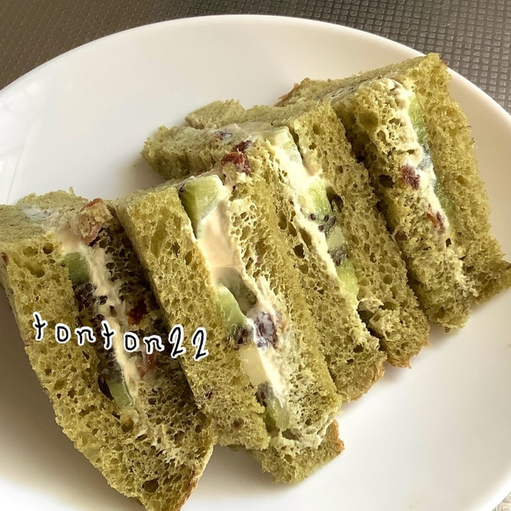 豆乳クリームレーズンとキウイ入りのサンドイッチ☆
