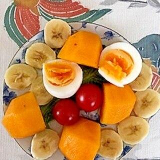 ゆで卵、柿、バナナのサラダ