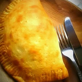 トマトとチーズのカルツォーネ
