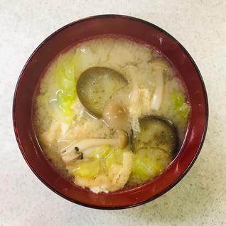 春キャベツと茄子としめじと小揚げの味噌汁