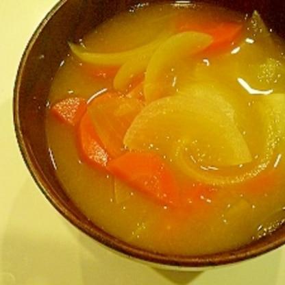 タマネギとにんじんの味噌汁