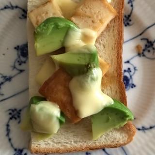 厚揚げとアボカドのチーズトースト