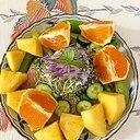 レタス 、胡瓜、オレンジ、パインのサラダ