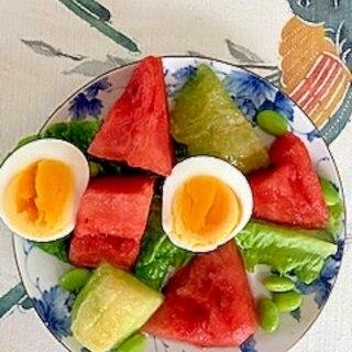 サンチュ、西瓜、枝豆、ゆで卵、メロンのサラダ