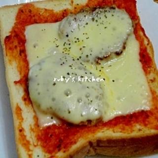 黒コショーをアクセントに☆ハンバーグチーズトースト