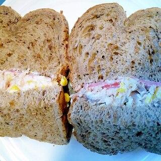 ツナコーンサラミのサンドイッチ