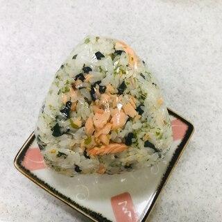 焼き鮭とふりかけ(パリパリわかめ)混ぜおにぎり