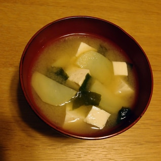じゃがいもと木綿豆腐とわかめのお味噌汁