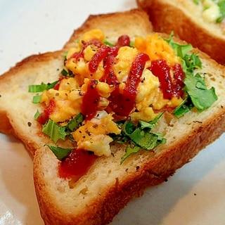 ペッパー/ケチャで 水菜と炒り卵のデニッシュパン