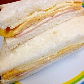 卵とハムとチーズのサンドイッチ
