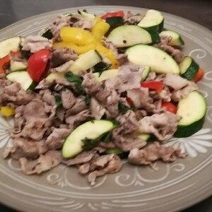 ズッキーニとパプリカと豚肉の塩炒め