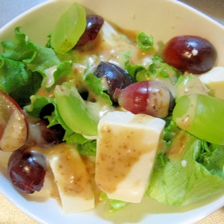 ぶどうと豆腐の練りごまサラダ