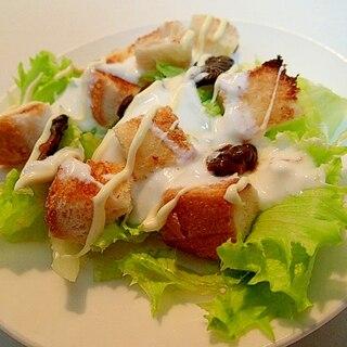 角切り食パンとキューちゃんのヨーグルトレタスサラダ